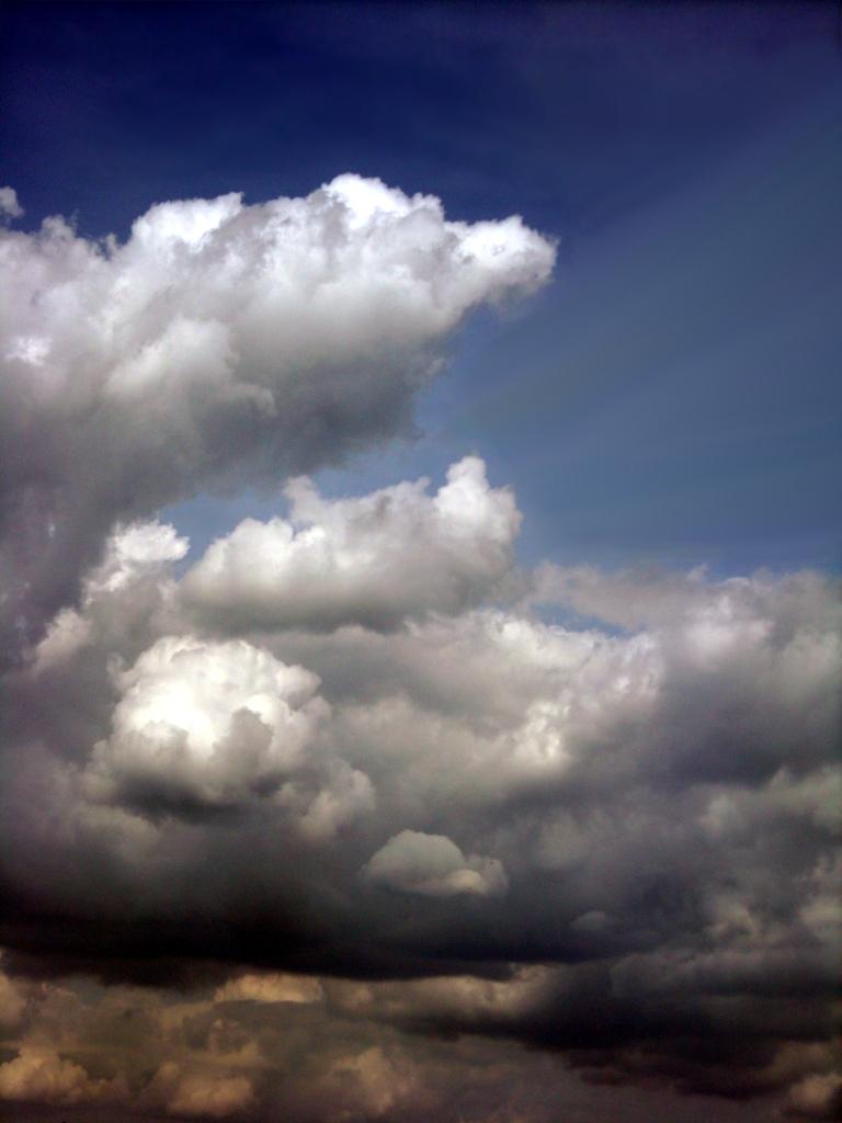 Kontrastreiches foto einer weißen wolke vor azurblauem himmel