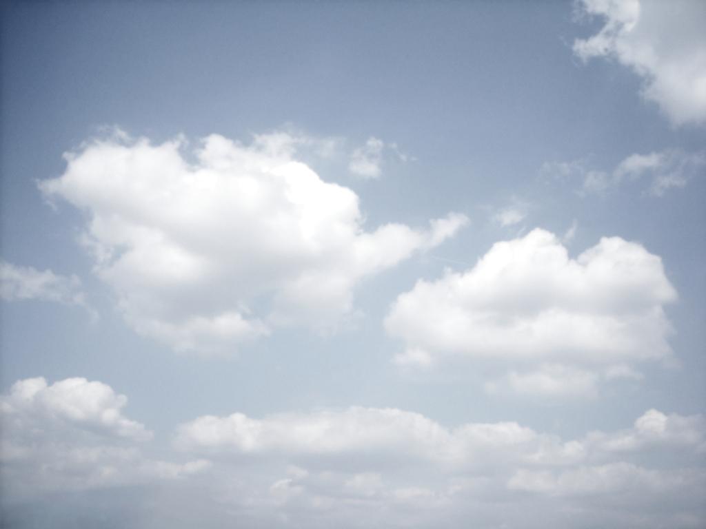 Blauer himmel weiße wolken