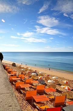 Balearen - Sonnenschirme am Strand